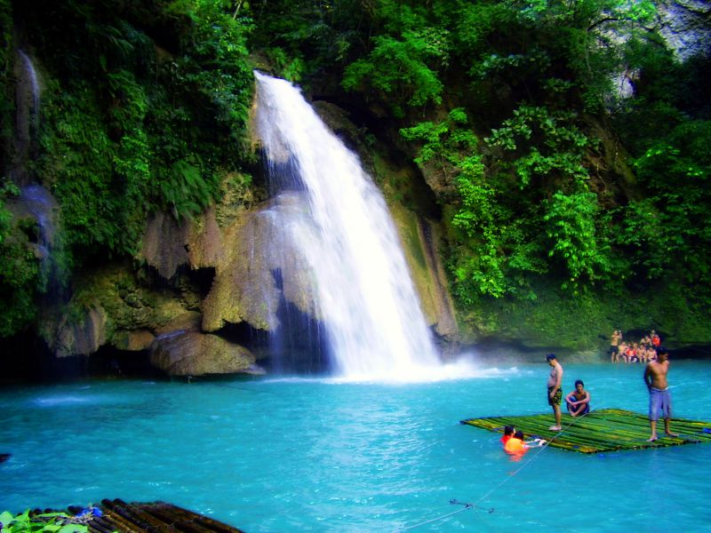 Go rafting while marvelling at the stunning Kawasan Falls